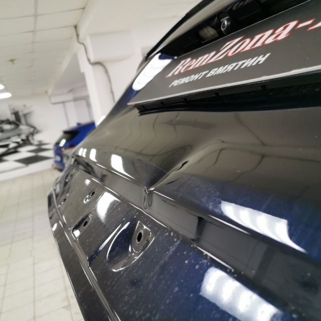 Автомобиль Toyota Raf4- Вмятина на багажнике
