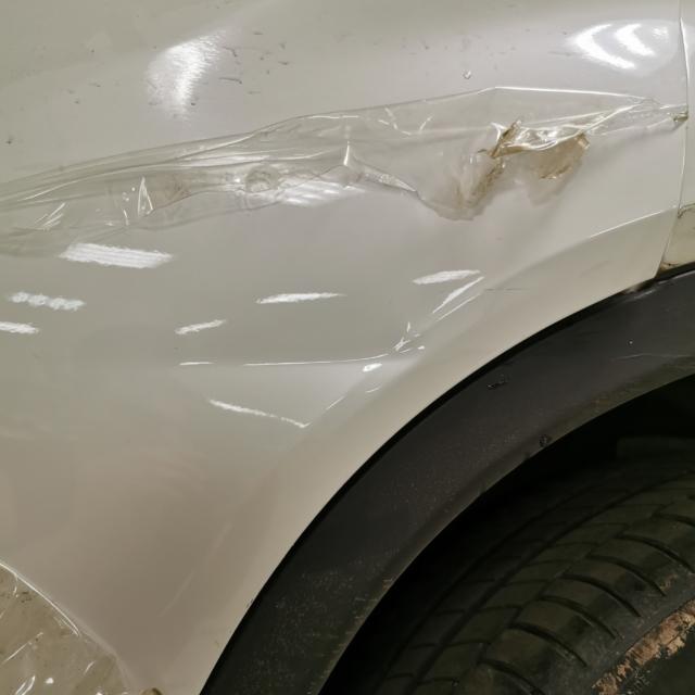 Автомобиль BMW X4- Вмятина на двери