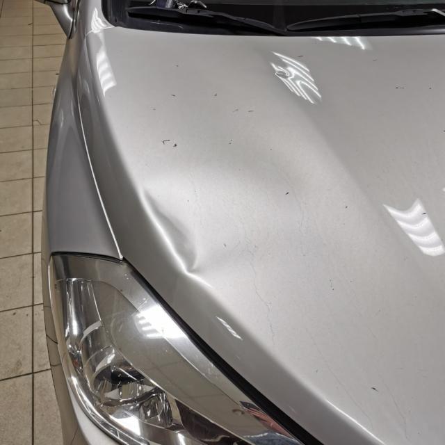 Автомобиль Suzuki SX4- Вмятина на капоте