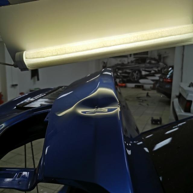 Автомобиль BMW 320d- вмятина на багажнике