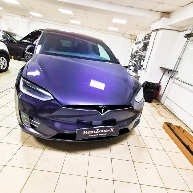 Автомобиль Tesla model x- вмятина на капоте